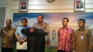 Kapolri Jenderal Badrodin Haiti didampingi sejumlah pejabat menyampaikan keterangan pers mengenai tidak ditemukannya beras plastik, di kantor Kepresidenan, Jakarta, Selasa (26/5)