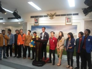 Para pimpinan BEM sejumlah perguruan tinggi menyampaikan konperensi pers seusai diterima Presiden Jokowi, di kantor Presiden, Jakarta, Senin (18/5) malam
