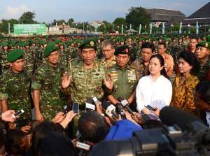 Presiden Jokowi menjawab wartawan seusai meresmikan groudbreaking RS Mo. Ridwan Meureksa, di Jakarta Timur, Rabu (13/5) sore
