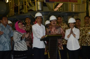Presiden Jokowi didampingi Ibu Negara Iriana dan Dirut PTPN X Subiyono  membunyikan sirene sebagai tanda penggilingan pertama produksi gula 2015, di PG Gempolkerep, Mojokerto, Jatim, Kamis (21/5)