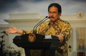 Menko Perekonomian Sofyan Djalil memberikan keterangan pers seusai sidang kabinet paripurna, di kantor kepresidenan, Jakarta, Rabu (13/5) malam