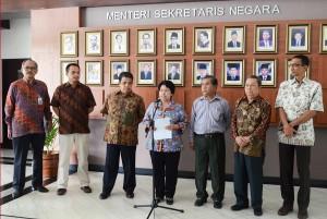 Pansel Komisi Yudisial mengumumkan nama-nama calon yang lolos seleksi administrasi, di Gedung I Kemensetneg, Jakarta, Rabu (27/5)