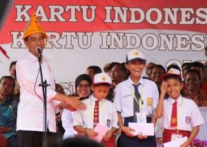 Presiden Jokowi membagikan KIP dalam kunjungan di Parigi Moutong, Sulteng, Jumat (29/5) sore