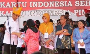 Presiden Jokowi berkunjung ke Parigi Moutong, Sulteng, Jumat (29/5) siang, untuk membagikan KIS, KIP, dan KKS kepada masyarakat