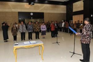 Sekretaris Kabinet Andi Widjajanto mengambil sumpah jabata 6 pejabat eselon I Sekretariat Kabinet, di Gedung III Setneg, Jakarta, Senin (11/5)