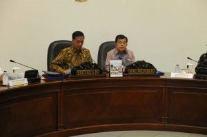 Presiden Jokowi dan Wakil Presiden Jusuf Kalla memimpin rapat terbatas, di kantor Presiden, Jakarta, Selasa (26/5)