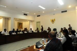 Presiden Jokowi memimpin rapat terbatas membahas rencana kerja pemerintah 2016, di kantor Presiden, Jakarta, Senin (25/5)