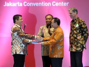 Menteri ESDM Sudirman Said menyerahkan berkas proses perizinan migas ke Kepala BKPM, disaksikan Menko Kemaritiman, di JCC Jakarta, Rabu (20/5)