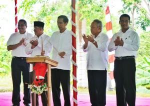 Presiden Jokowi didampingi Gubernur Maluku Utara menabuh tifa sebagai tanda mulainya pembangunan kota baru Sofifi, di Maluku Utara, Jumat (8/5)