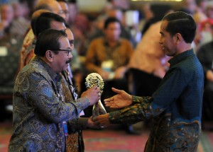 Presiden Jokowi memberikan penghargaan kepada Gubernur Jatim Soekarwo dalam Rakornas TPID, di Hotel Sahid, Jakarta, Rabu (27/5) pagi