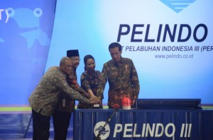 Presiden Jokowi didampingi Menteri BUMN dan Gubernur Jatim menekan sirene peresmian Terminal Teluk Lamong, di Surabaya, Jatim, Jumat (22/5) pagi