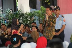 Presiden Jokowi berdialog dengan warga saat membagikan KIP, KIS, dan KKS, di Pelabuhan Rakyat Pautere, Kelurahan Cambaya, Kecamatan Ujung Tanah, Makassar, Jumat (23/5) sore