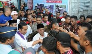 Warga Ternate 'menyerbu' Presiden Jokowi untuk bersalaman seusai solat Jumat di Masjid Al Munawarah, Ternate, Maluku Utara, Jumat (8/5)