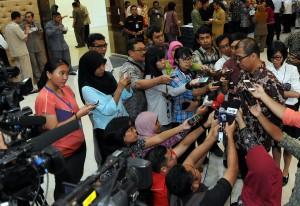 Seskab Andi Widjajanto menyampaikan kepada wartawan terkait posisi Tim Komunikasi Presiden, di Gedung III Setneg, Jakarta, Senin (11/5)