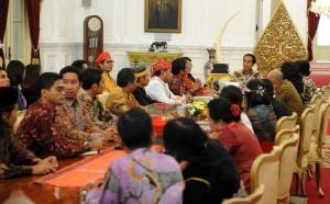 Presiden Jokowi saat menerima pengurus Aliansi Masyarakat Adat Nusantara, di Istana Merdeka, Jakarta, Kamis (25/6)
