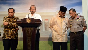 Menteri PPN/Kepala Bappenas Adrinov Chaniago memberikan keterangan pers didampingi Ketua KPK. Jaksa Agung, dan Kapolri, di kantor Presiden, Jakarta, Jumat (19/6) sore