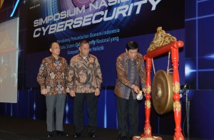 Menko Polhukam Tedjo Edhy Purdijatno didampingi Menhankam dan Gubernur Lemhanas membuka Simposium Nasional Cyber Security, di Hotel Borobudur, Jakarta, Rabu (3/6)