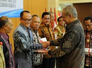 Deputi Administrasi Seskab Farid Utomo menerima hasil pemeriksaan BPK yang memberikan opini WTP, di Auditorium BPK, Senin (15/6)