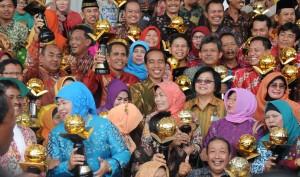 Presiden Jokowi didampingi Menteri LHK Siti Nurbaya berfoto bersama para pemenang penghargaan Kalpataru, di Istana Bogor, Jabar, Jumat (5/6)