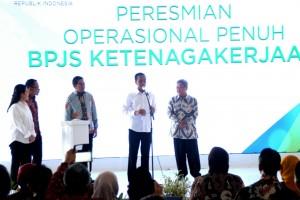 Presiden Jokowi didampingi Menko PMK, Menaker, Dirut BPJS, dan Wagub Jateng pada peresmian operasional BPJS Ketenagakerjaan, di Cilacap, Jateng, Selasa (30/6)