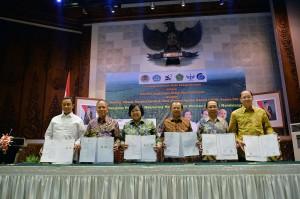 Menteri LHK Siti Nurbaya bersama Mendikbud, Menristek dan Dikti, dan pejabat lain seusai penandatanganan kerjasama, di kantor Kemenhut, Jakarta, Selasa (16/6)