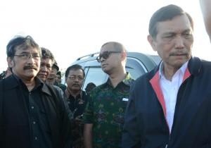Kepala Staf Presiden dan Seskab Andi Widjajanto saat berkunjung ke lokasi penampungan pengungsi korban erupsi Sinabung, di Kabanjahe, Karo, Minggu (28/6)