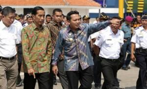 Presiden Jokowi didampingi Gubernur Lampung dan Menteri Perhubungan saat meresmikan beroperasinya 3 ferry di Dermaga VI Pelabuhan Bakauheni, Lampung, Sabtu (13/6)