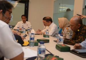 Presiden Jokowi langsung memimpin rapat terbatas menyangkut dwelling time, di Pelabuhan Tanjung Priok, Jakarta, Rabu (17/6)
