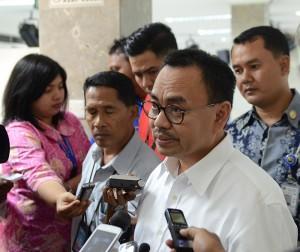 Menteri ESDM Sudirman Said menjawab wartawan seusai rapat terbatas tentang timah, di kantor Kepresidenan, Jakarta, Kamis (25/6)