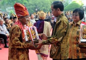 Presiden Jokowi menyerahkan penghargaan Kalpataru kepada N. Akelaras dari Deli Serdang, di Istana Bogor, Jabar, Jumat (5/6)