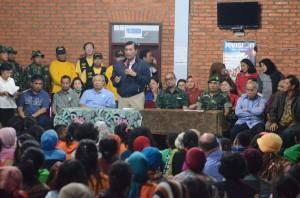 Kepala Staf Presiden Luhut B. Pandjaitan dan Seskab Andi Widjajanto berdialog dengan pengungsi Sinabung, di Gedung KNPI, Kabanjahe, Karo, Minggu (28/6) malam