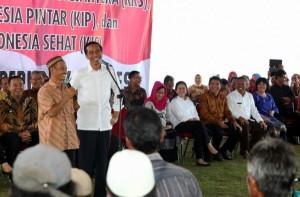 Presiden Jokowi berdialog dan dengan warga membagikan KIS, KIP, KKS) serta Kartu KASPDB, di Kelurahan Tua Tanu, Kecamatan Gerungang, Kota Pangkalpinang, Minggu (21/6)