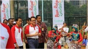 Presiden Jokowi membuka Pasar Rakyat Syariah, di Senayan, Jakarta, Minggu (14/6) pagi