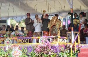 Menteri Pariwisata Arief Yahya didampingi Mendagri dan Gubernur Bali memukul gong tanda dimulainya Pesta Kesenian Bali, Sabtu (13/6)