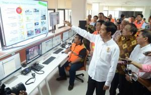 Presiden Jokowi saat meninjau ruang pelayanan ekspor impor di Pelabuhan Tanjung Priok, Jakarta, Rabu (17/6)