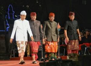 Menpar Arief Yahya didamping Medikbud, Gubernur Bali, dan Ketua DPRD Bali seusai membuka Pesta Keseinian Bali ke-37, di Denpasar, Sabtu (13/6) malam