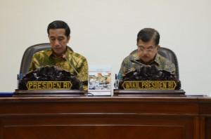 Presiden Jokowi didampingi Wapres Jusuf Kalla memimpin rapat terbatas masalah pariwisata, di kantor Kepresidenan, Jakarta, Rabu (24/6)