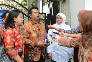Mensos Khofifah Indar Parawansa didampingi pengurus Pospera menjawab wartawan seusai diterima Presiden Jokowi, di Istana Merdeka, Jakarta, Selasa (23/6)