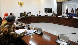 Presiden Jokowi saat memimpin rapat terbatas soal Sinabung, di kantor Kepresidenan, Jakarta, Kamis (18/6)