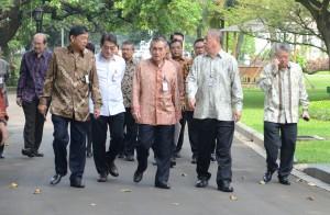 Para pengurus DPP REI berjalan meninggalkan Istana Merdeka, seusai diterima Presiden Jokowi, Selasa (23/6)