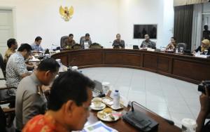 Presiden Jokowi saat memimpin rapat terbatas ketersediaan bahan pokok menjelang puasa dan lebaran, di kantor Presiden, Jakarta, Rabu (3/6) sore