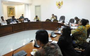Presiden Jokowi saat memimpin rapat terbatas mengenai TKDN, di kantor Kepresidenan, Jakarta, Selasa (9/6) siang