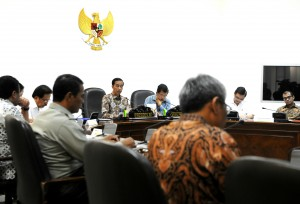 Presiden Jokowi memimpin rapat terbatas soal Raskin, di kantor Kepresidenan, Jakarta, Senin (22/6) sore