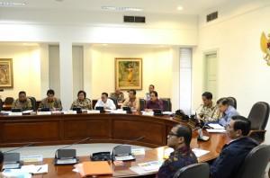 Presiden Jokowi didampingi Wapres Jusuf Kalla memimpin ratas tentang timah, di kantor Kepresidenan, Jakarta, Kamis (25/6) sore