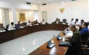 Presiden Jokowi memimpin rapat terbatas membahas Waduk Jatigede, di kantor Presiden, Jakarta, Kamis (18/6) pagi