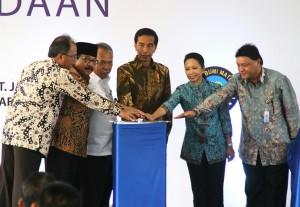 Presiden Jokowi didampingi Menteri PUPR, Menteri BUMN, dan Gubernur Jatim meresmikan jalan tol Gempol - Pandaan, di Pasuruan, Jatim, Jumat (12/6)