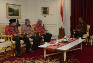 Presiden Jokowi menerima pengurus Soksi, yaitu Prof. Dr. Suhardiman, Boby Suhardiman, dan Ade Komarudin, di kantor Presiden, Jakarta, Rabu (3/6)