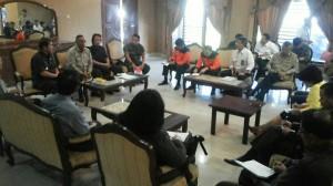 Kepala BNPB Syamsul Maarif bertemu Bupati Karo Terkelin Brahmana, untuk menyerahkan sumbangan Presiden Jokowi kepada pengungsi Sinabung, Selasa (23/6)