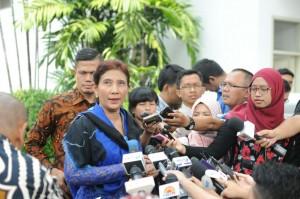 Menteri Kelautan dan Perikanan Susi Pudjiastuti menjawab wartawan seusai diterima Presiden Jokowi, di kantor Presiden, Jakarta, Senin (22/6) siang