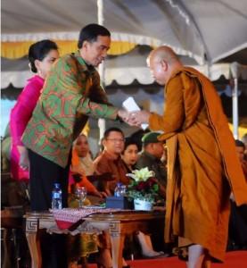 Presiden Jokowi didampingi Ibu Negara Iriana menghadiri menghadiri Perayaan Dharmasanti dalam rangka Peringatan Hari Raya Trisuci Waisak 2559 BE/2015, di Candi Borobudur, Magelang, Jateng, Selasa (2/6) malam.